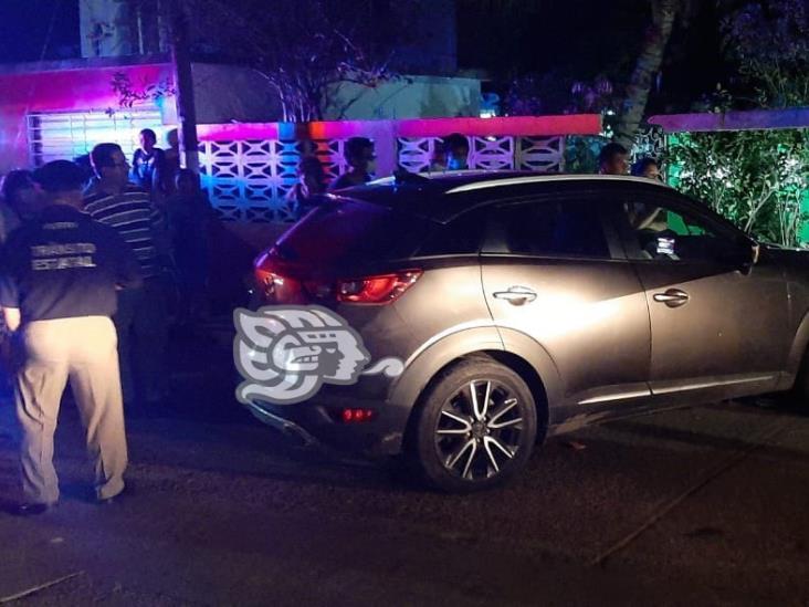 Automóvil se estampó en una barda en Minatitlán