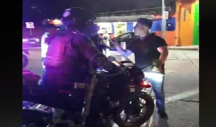 Policías someten a joven que intentaba cruzar el Túnel Sumergido