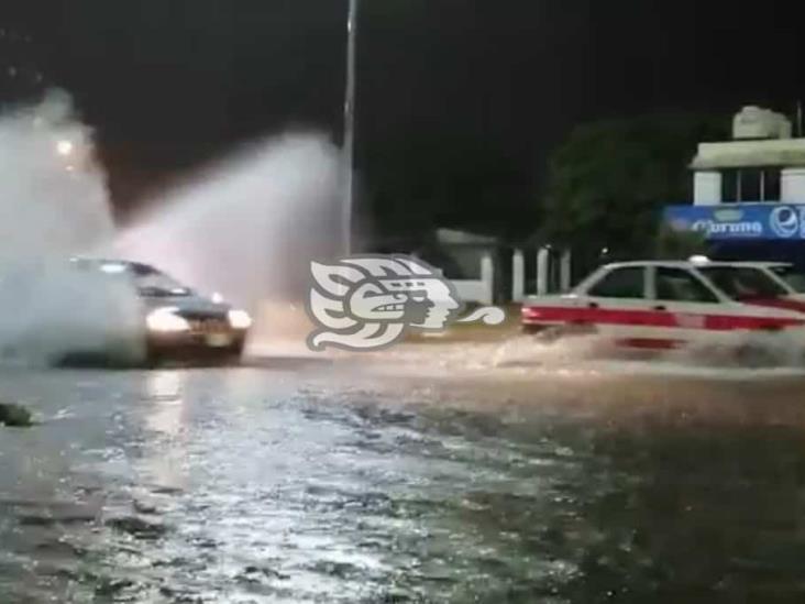 Lluvias inundan en instantes las calles de Minatitlán