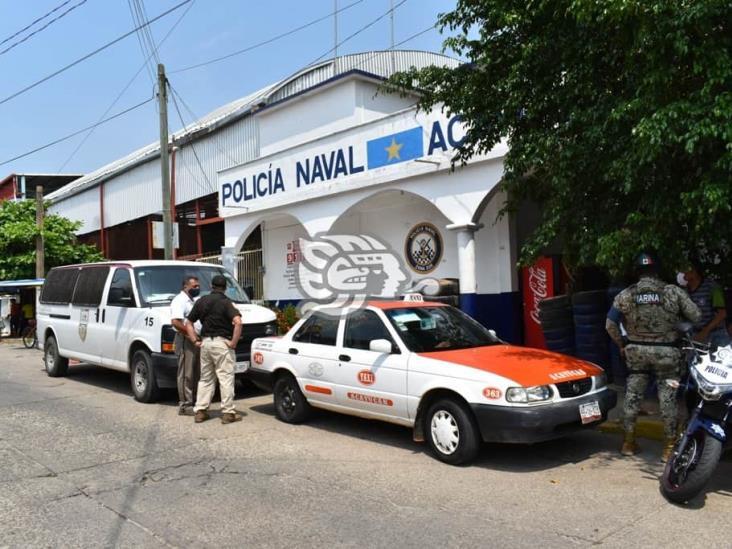 En Acayucan, interviene Policía Naval a taxista por tráfico de migrantes