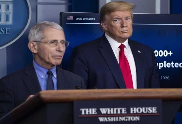 Trump llama idiotas a sus expertos contra covid-19