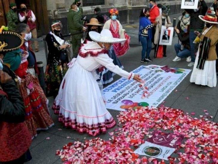 Simpatizantes cantan Las Mañanitas a AMLO afuera de Palacio Nacional