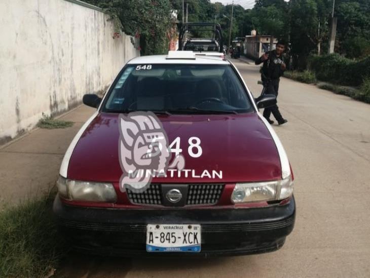 A disposición taxi abandonado con reporte de robo en Minatitlán