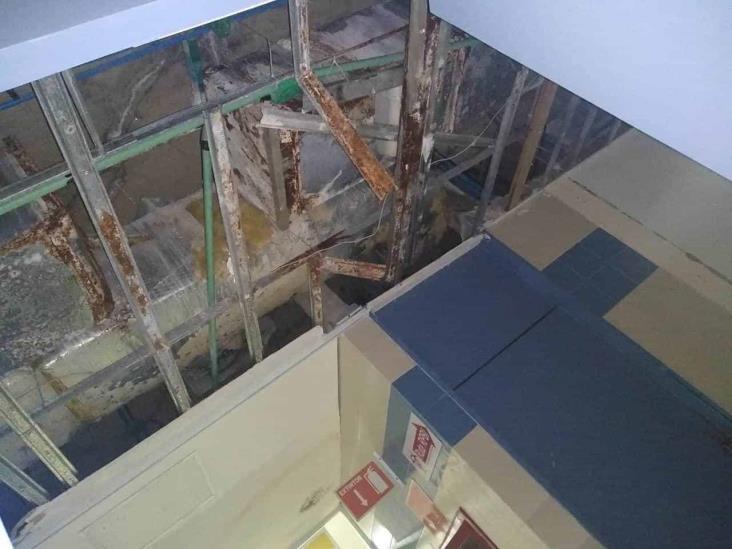 Se cae a pedazos techo de Área Covid del Gómez Farías