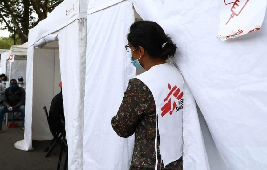Francia suspende a 3 mil trabajadores de salud por no vacunarse contra el covid