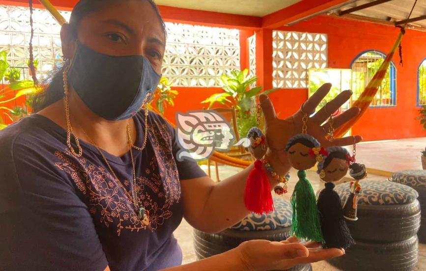 Janeth transmite la esencia de Nanchital con sus manualidades