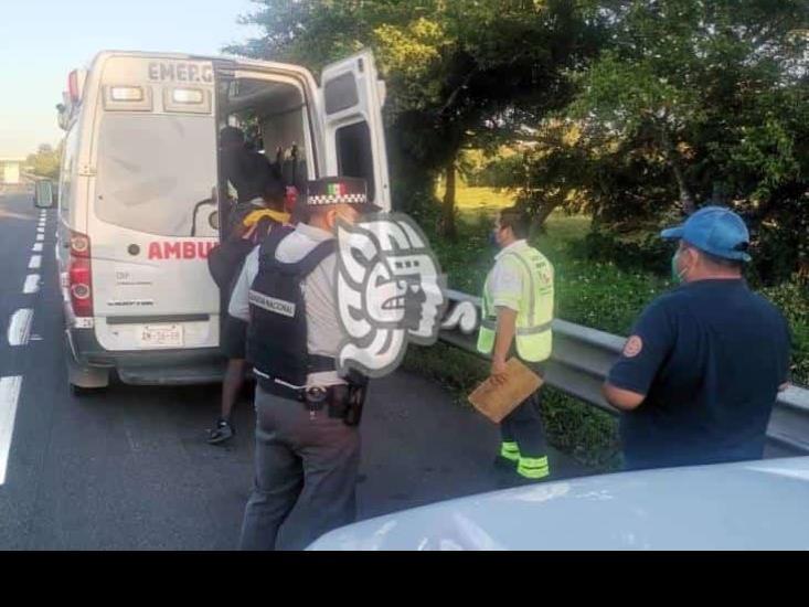 auxilian_a_migrantes_haitianos_deshidratados_en_autopista_de_acayucan_