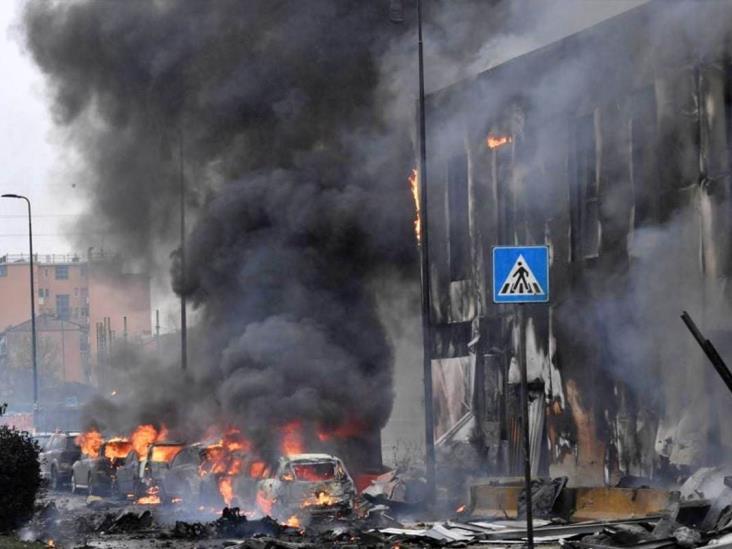 Avión se estrella contra edificio en Milán; hay ocho muertos
