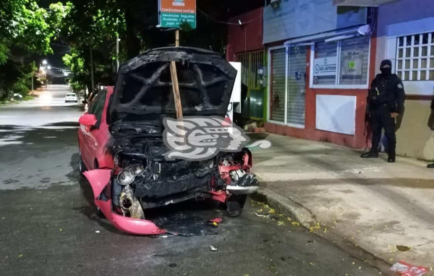 Se incendia vehículo durante la madrugada en Coatzacoalcos